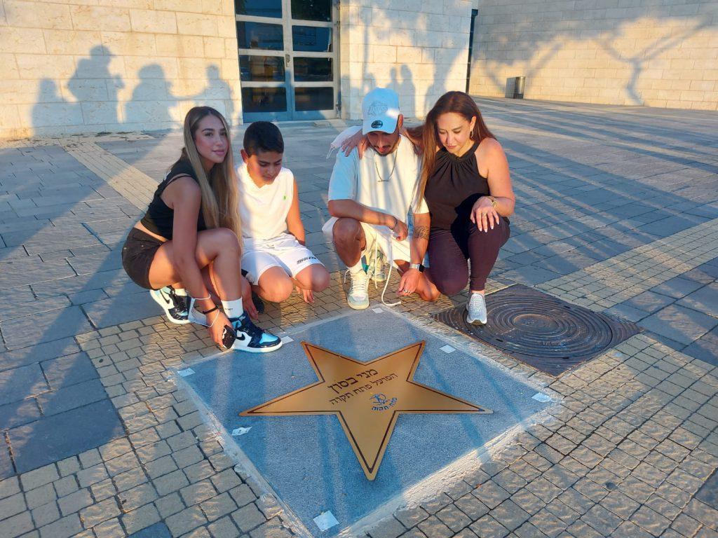 שלי, אלמנת מני בסון זל וילדיו ליד הכוכב שלו